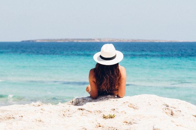 chica en la playa - La importancia de cuidar nuestra piel durante el verano